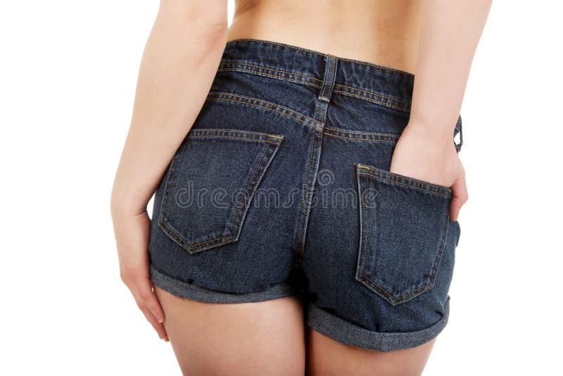 Femme sans chemise dans des shorts de jeans image libre de droits