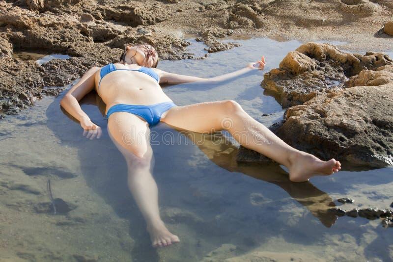Femme sans connaissance dans l'eau photos stock