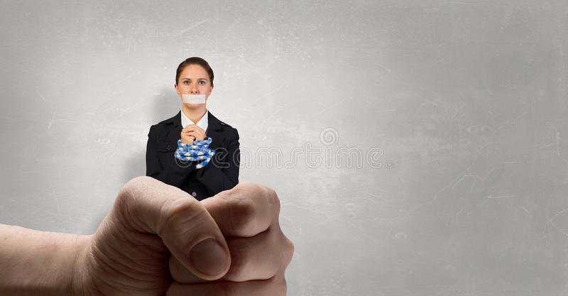 Femme sans voix avec les mains fatiguées Media mélangé images stock