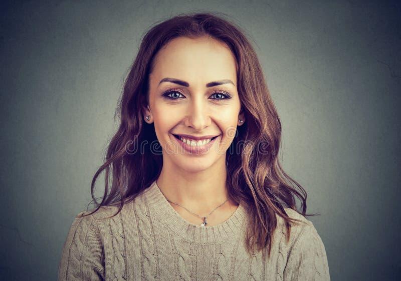 Femme satisfaite avec du charme posant à l'appareil-photo image libre de droits