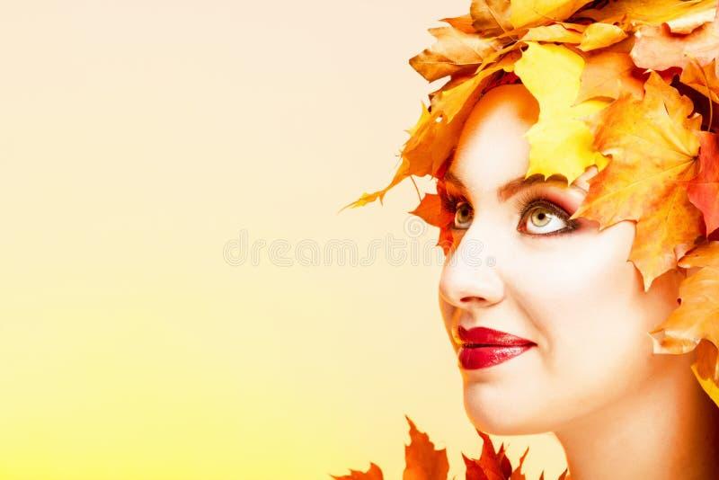 Femme satisfaite avec les lèvres rouges dans l'image de l'automne photos stock