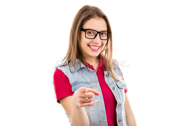 Femme satisfaite se dirigeant à l'appareil-photo faisant le choix images stock