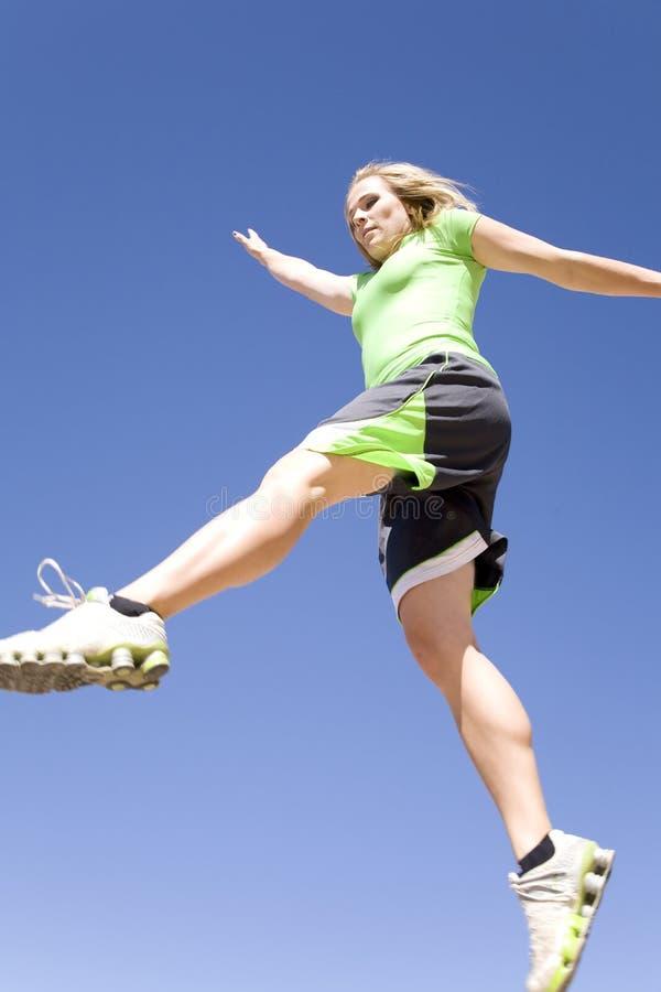 Femme sautant avec le ciel bleu images libres de droits