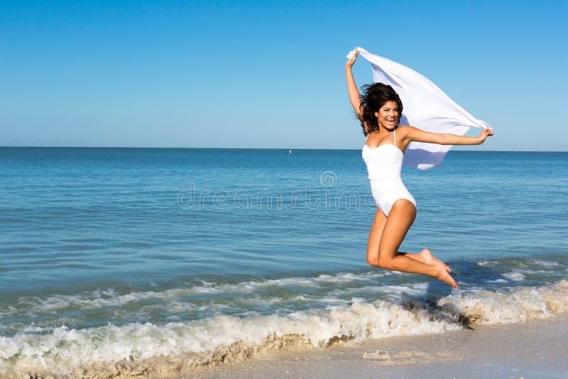 Femme sautante photographie stock libre de droits