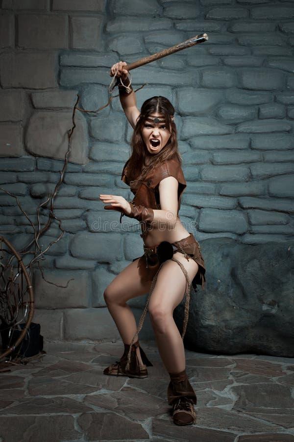 Femme sauvage avec une hache image libre de droits