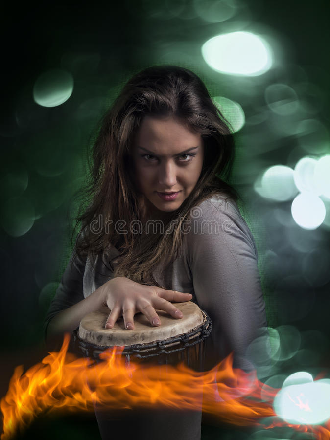 Femme sauvage expressive jouant le tambour de Djembe images stock