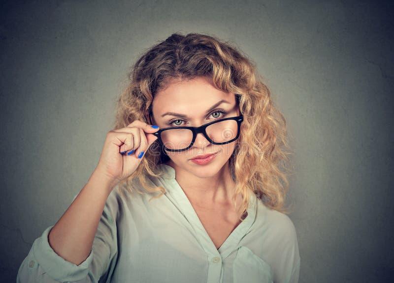 Femme sceptique confuse vous regardant avec la désapprobation images libres de droits