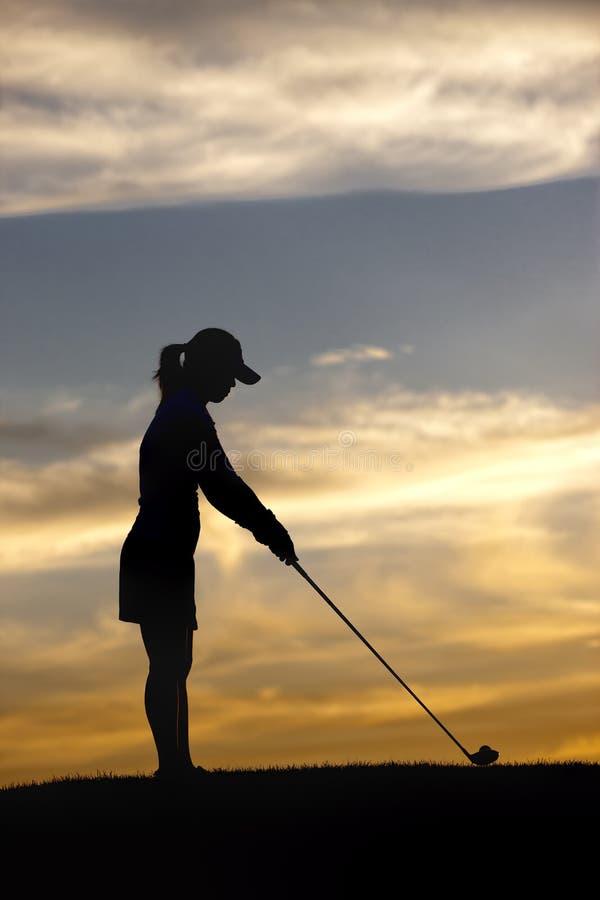 Femme se concentrant sur la boule. image libre de droits