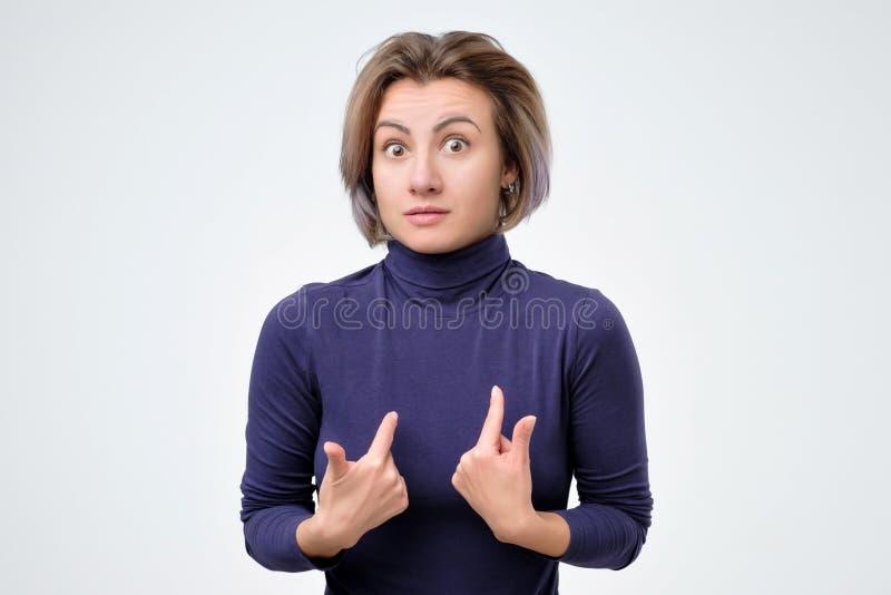 Femme se défendant verbalement, après avoir confondu l'expression photographie stock libre de droits