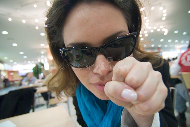 Femme se dirigeant à vous en café photographie stock libre de droits