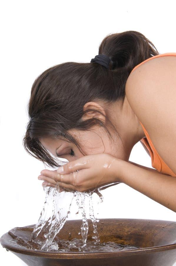 Femme se lavant le visage image libre de droits