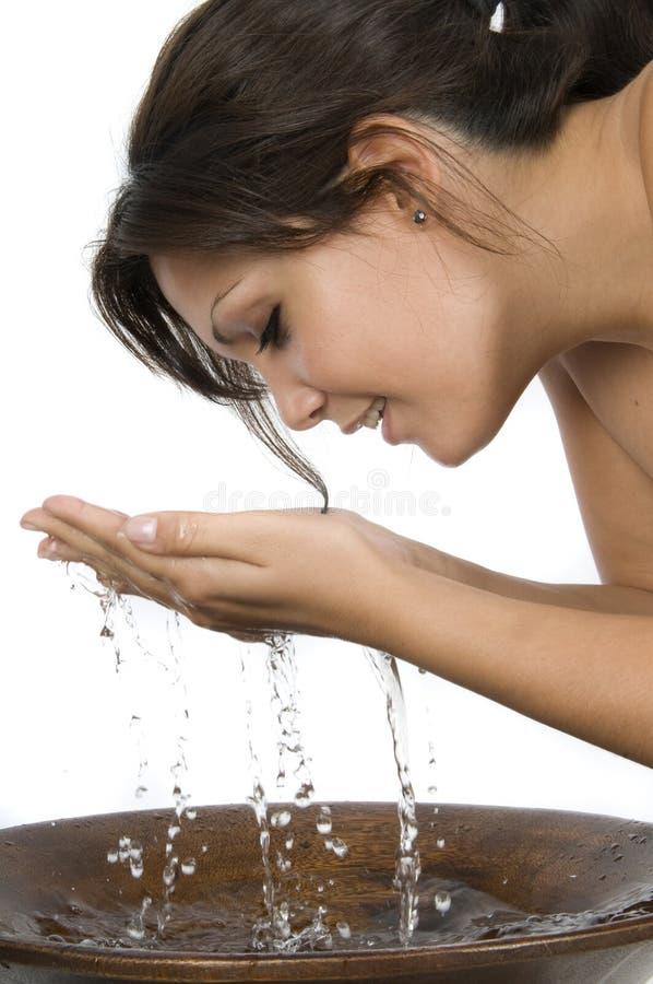 Femme se lavant le visage photo libre de droits