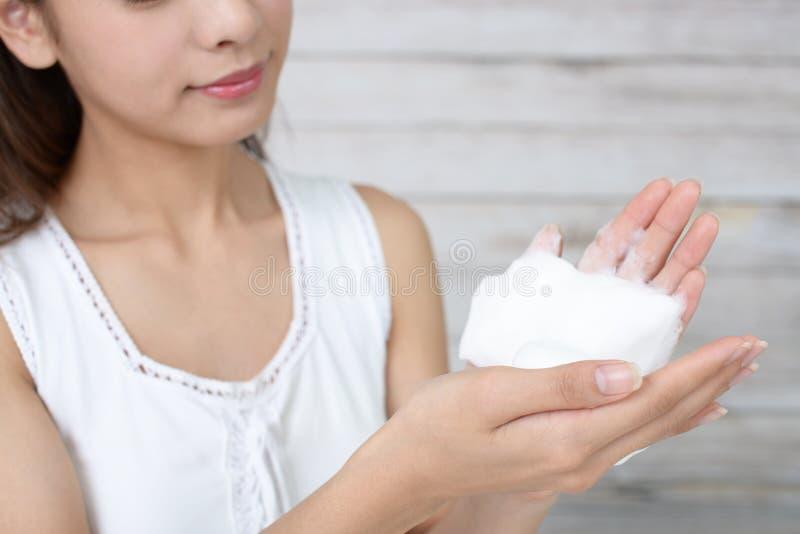 Femme se lavant le visage photographie stock