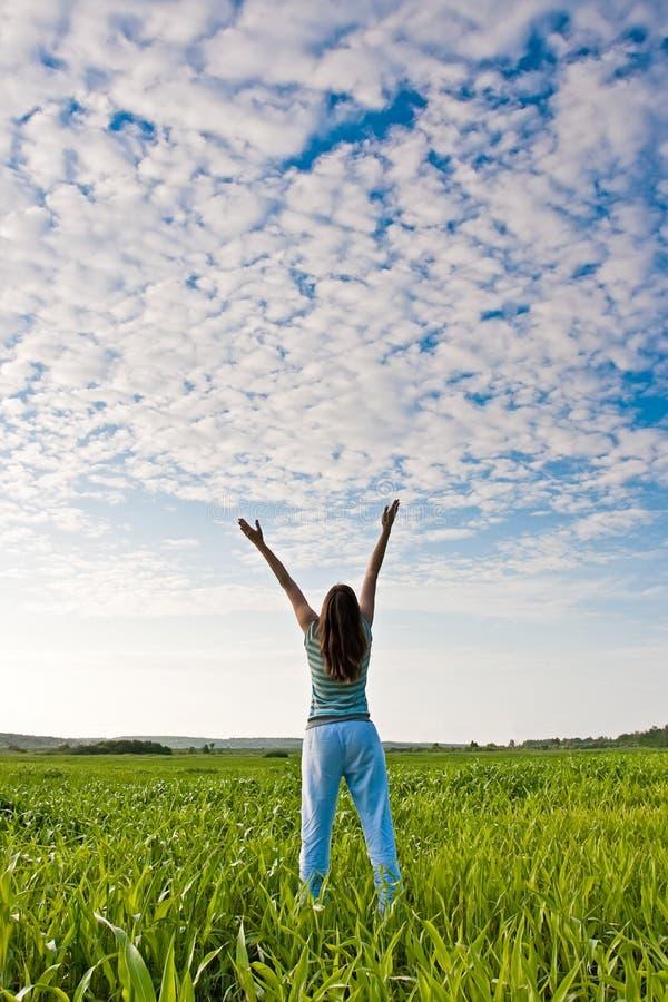 Femme se levant vers le haut des mains image stock