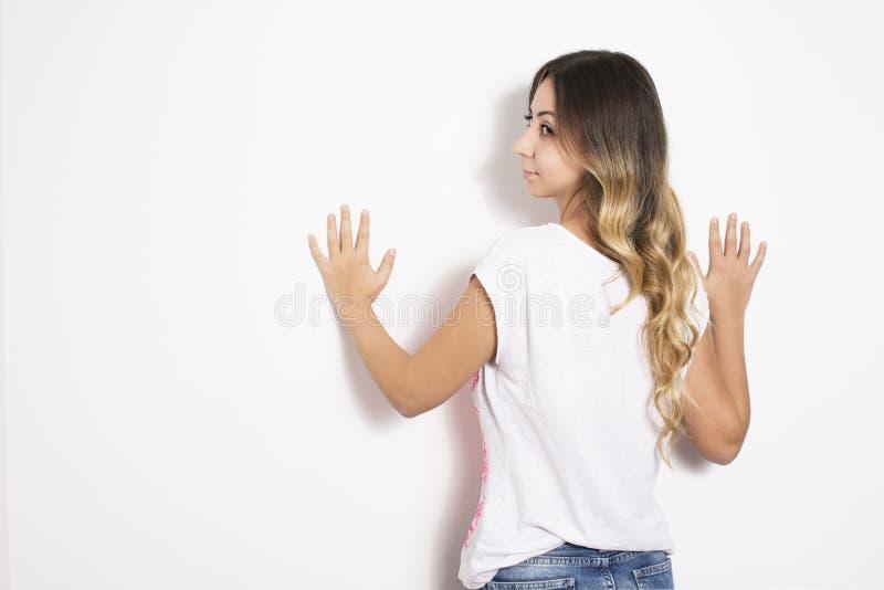 Download Femme se penchant au mur photo stock. Image du amitié - 45357780