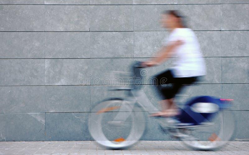 Femme se précipitant sur un vélo images libres de droits