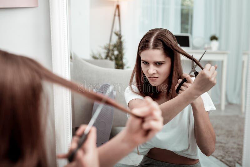 Femme se préparant à couper ses cheveux images libres de droits