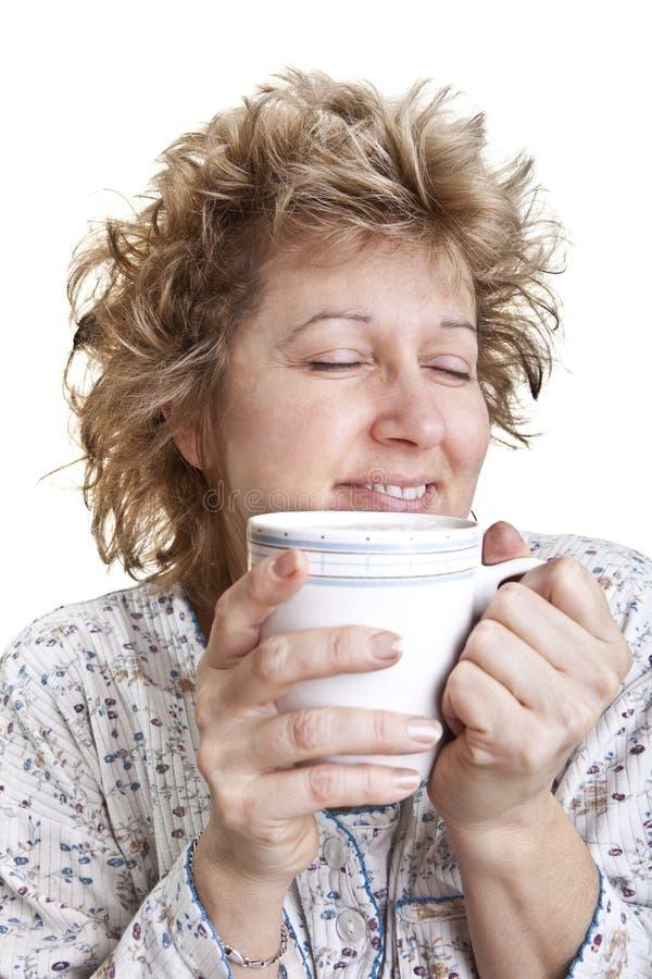 Femme se réveillant avec du café photographie stock