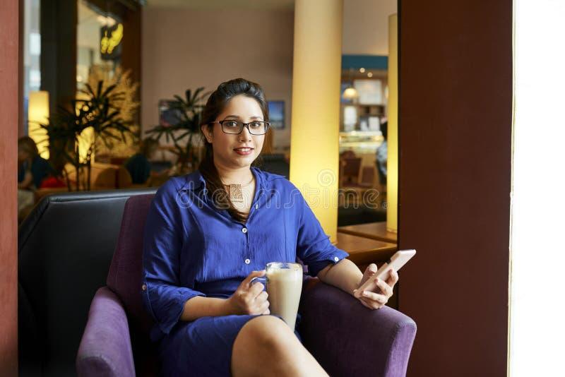 Femme se reposant avec du café en café images stock
