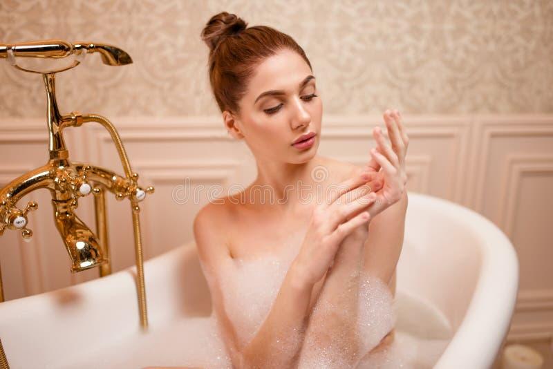 Download Femme Se Reposant Dans La Baignoire Photo stock - Image du mousse, hygiène: 87700366