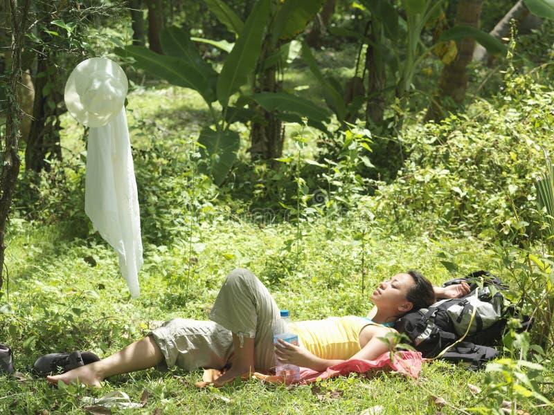 Femme se reposant dans la forêt tropicale photographie stock libre de droits