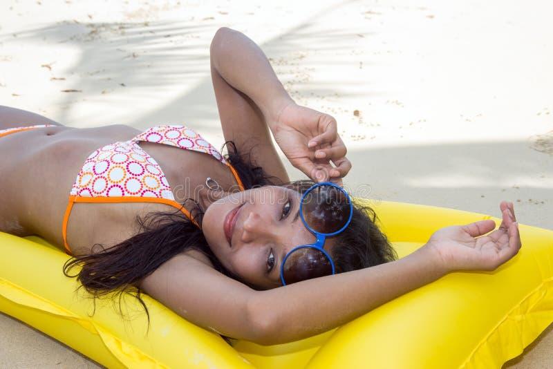 Femme se reposant sur la plage photographie stock libre de droits