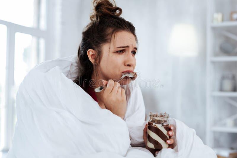Femme se sentant émotive tout en observant le mélodrama photographie stock