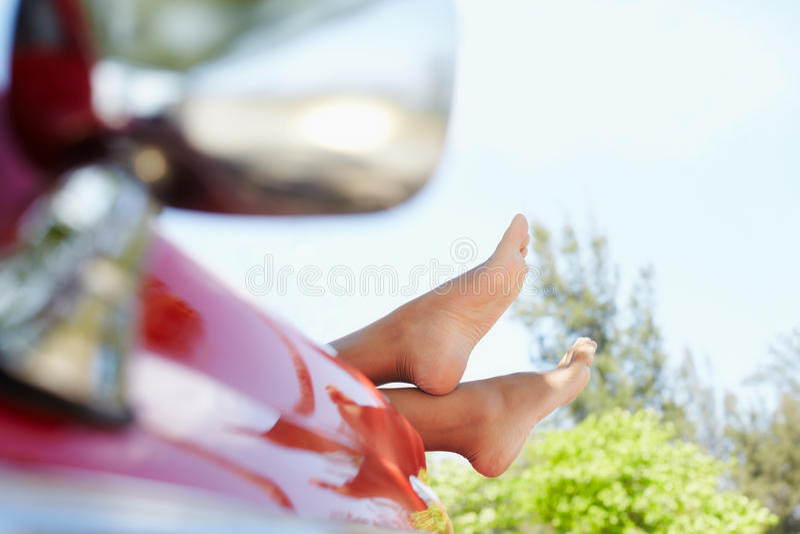 Femme se situant dans le véhicule de cabriolet image libre de droits