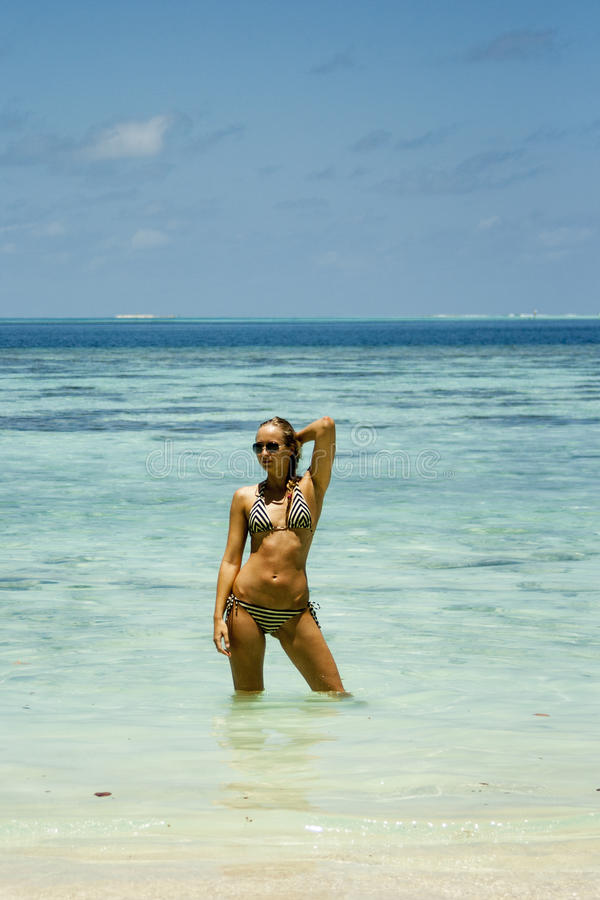 Femme se tenant dans l'eau photographie stock
