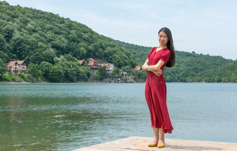 Femme se tenant devant un lac images stock