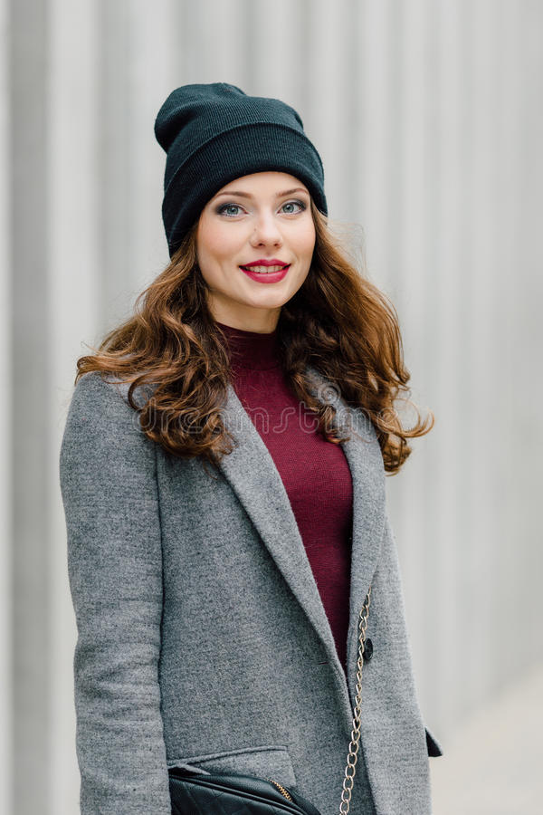 Femme se tenant sur la rue avec le fond de tache floue images stock