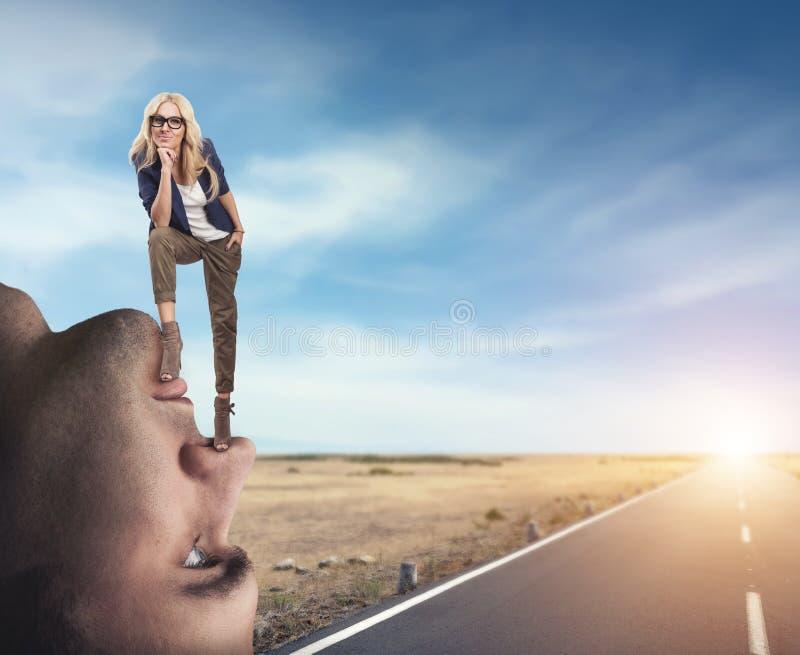Femme se tenant sur le visage de l'homme photographie stock libre de droits