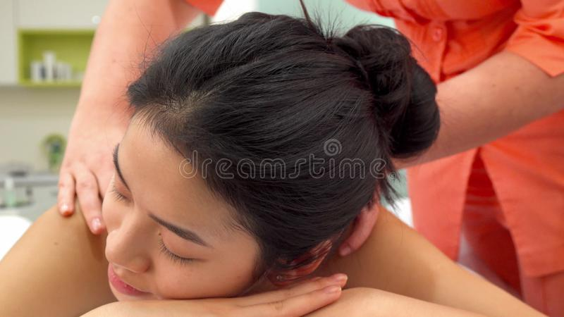 Femme se trouvant sur la table de massage photos stock