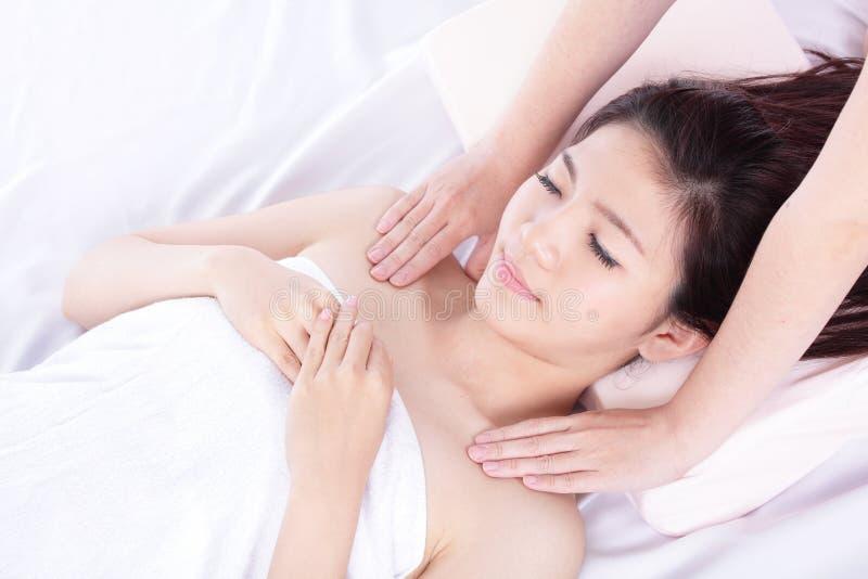 Femme se trouvant sur la table de massage dans une station thermale de santé photos libres de droits