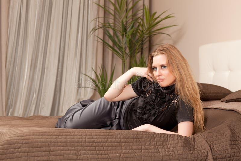 Femme se trouvant sur le divan photos libres de droits
