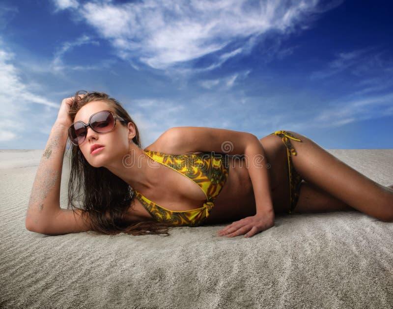 Femme se trouvant sur le sable photos libres de droits