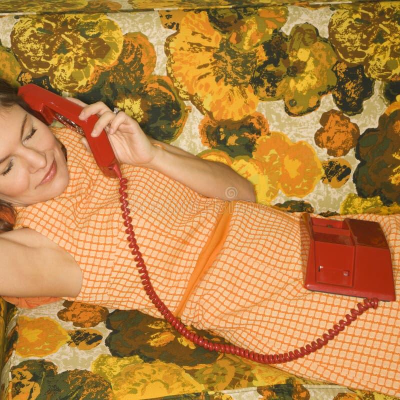 Femme se trouvant sur le sofa. photographie stock
