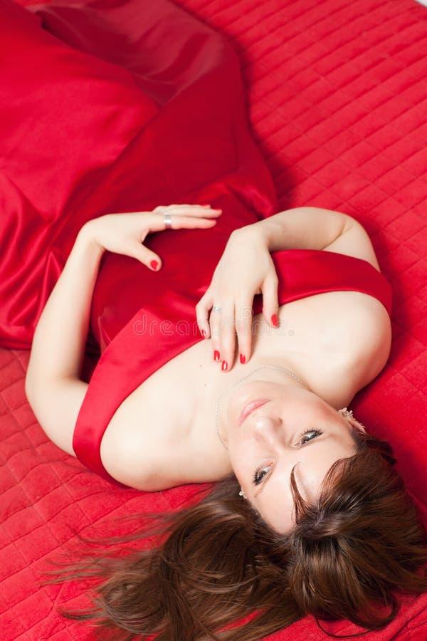 Femme se trouvant sur le sofa photos stock