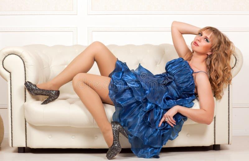 Femme se trouvant sur le sofa photographie stock