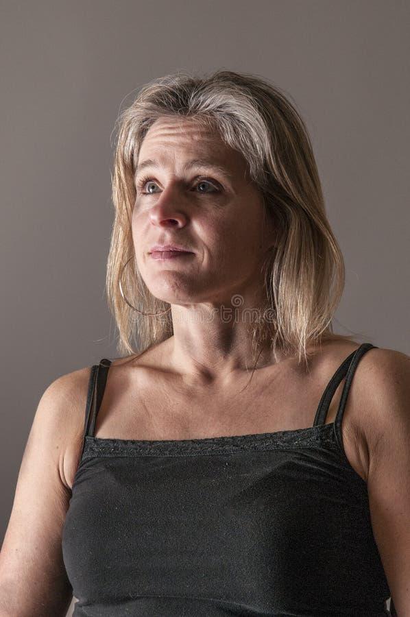 Femme semblant inquiétée, concerné images libres de droits