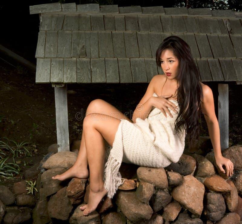 Femme sensuel enveloppé dans l'écharpe à l'extérieur par le puits photo libre de droits