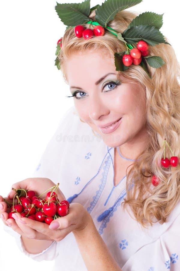 Femme sensuelle avec des cerises dans les mains et les cheveux photos libres de droits