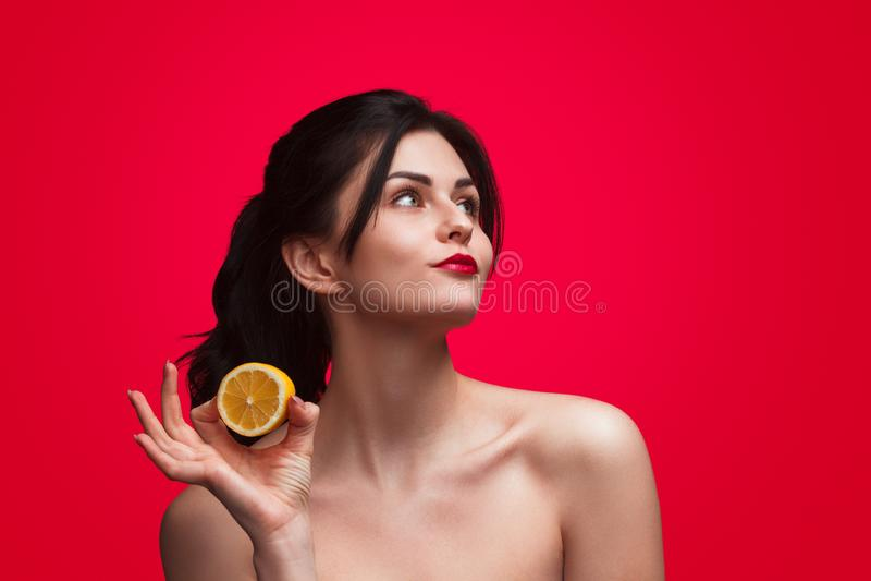 Femme sensuelle avec la moitié du citron images libres de droits