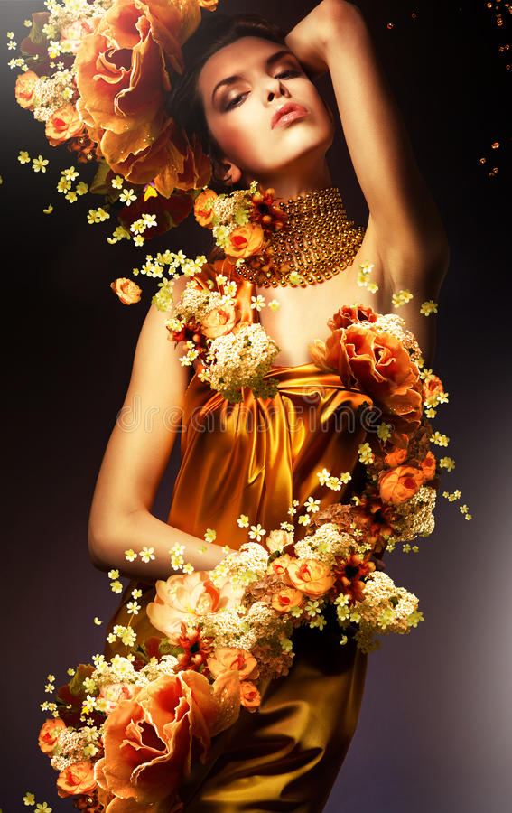 Femme sensuelle dans la longue robe jaune images libres de droits