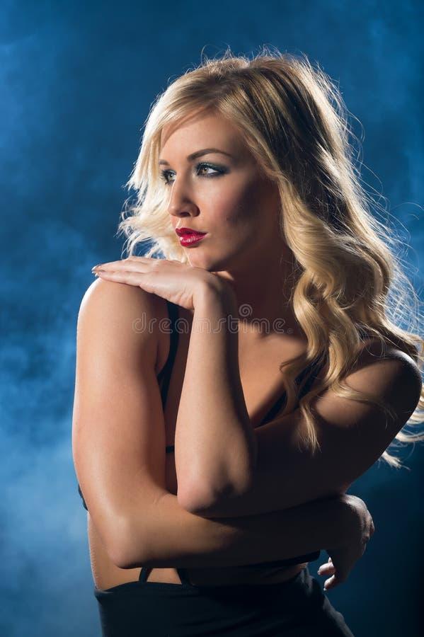 Femme sensuelle dans la robe de nuit regardant loin photo stock