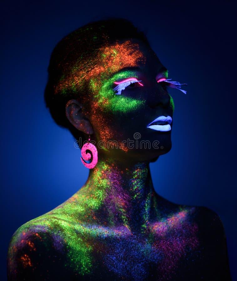 Femme sensuelle dans le maquillage fluorescent de peinture photo stock