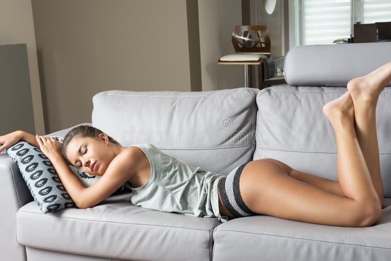 Femme sensuelle dormant sur le sofa image libre de droits