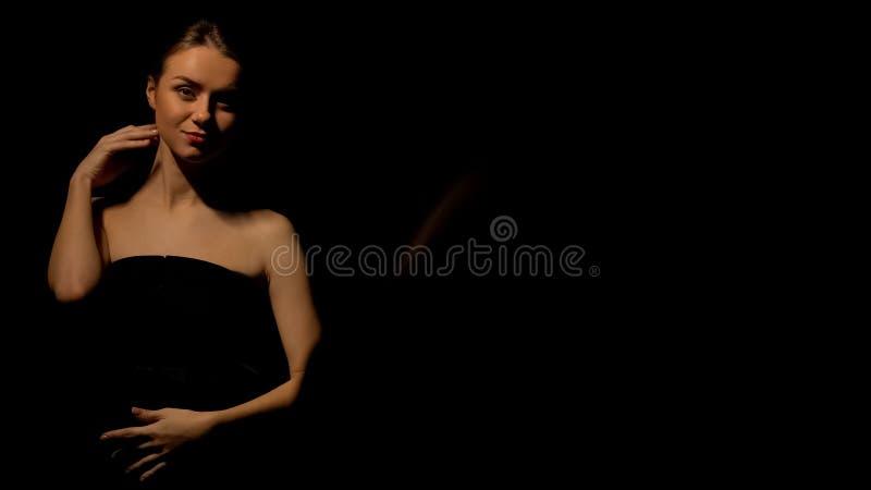 Femme sensuelle frottant le corps, exposition de bande dans la boîte de nuit de luxe, représentation photos libres de droits