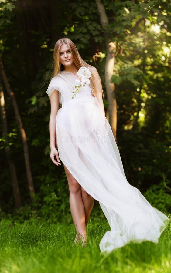 Femme sensuelle naturelle dans la longue robe blanche images libres de droits