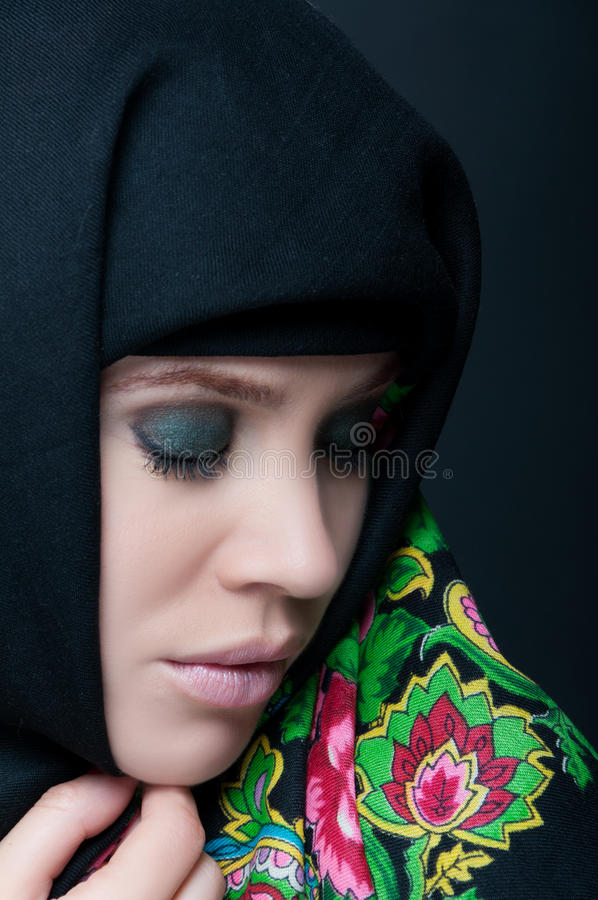 Femme sensuelle portant des frais généraux floraux de voile photographie stock libre de droits